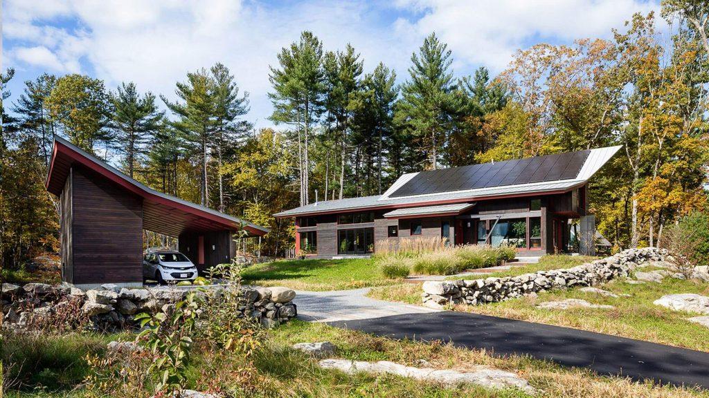 Casa con paneles solares en el techo, tendencias de arquitectura.