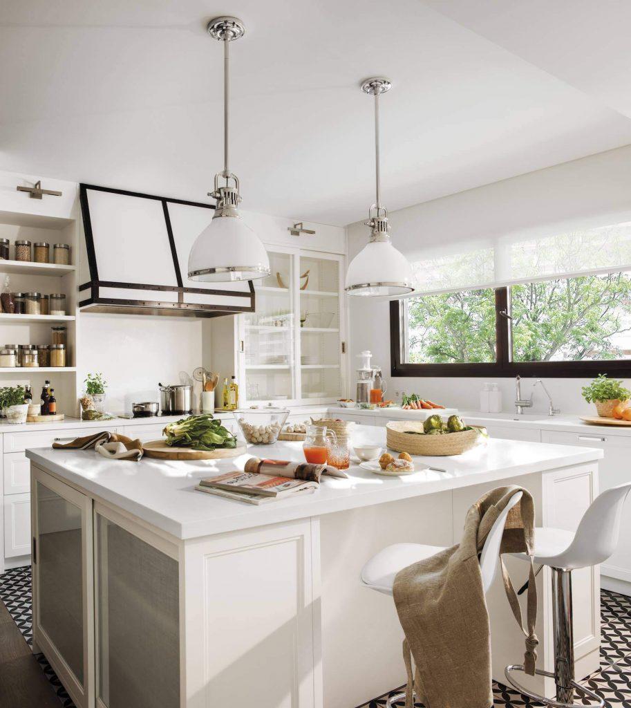 un desayuno servido sobre una isla de cocina con banquetas en tonos claros - tendencias de arquitectura