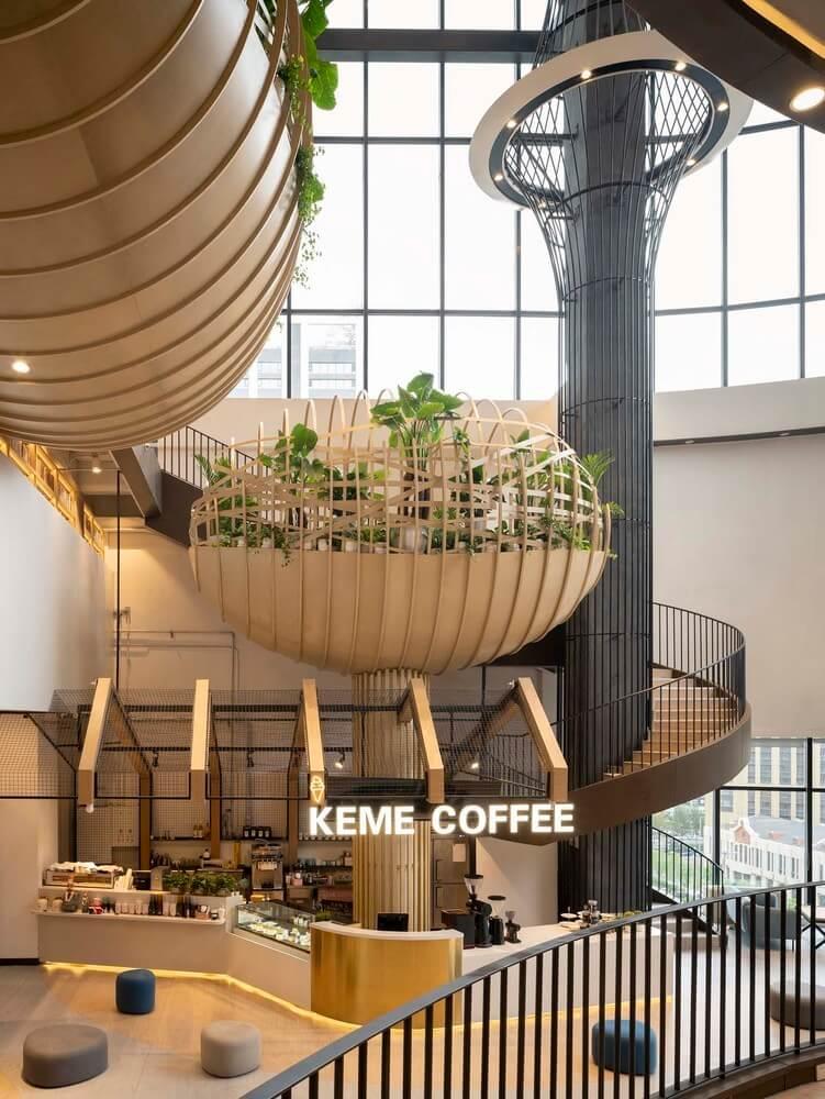 Interior de un centro comercial. decoraciones de madera y plantas que cuelgan del techo. Biofilia.