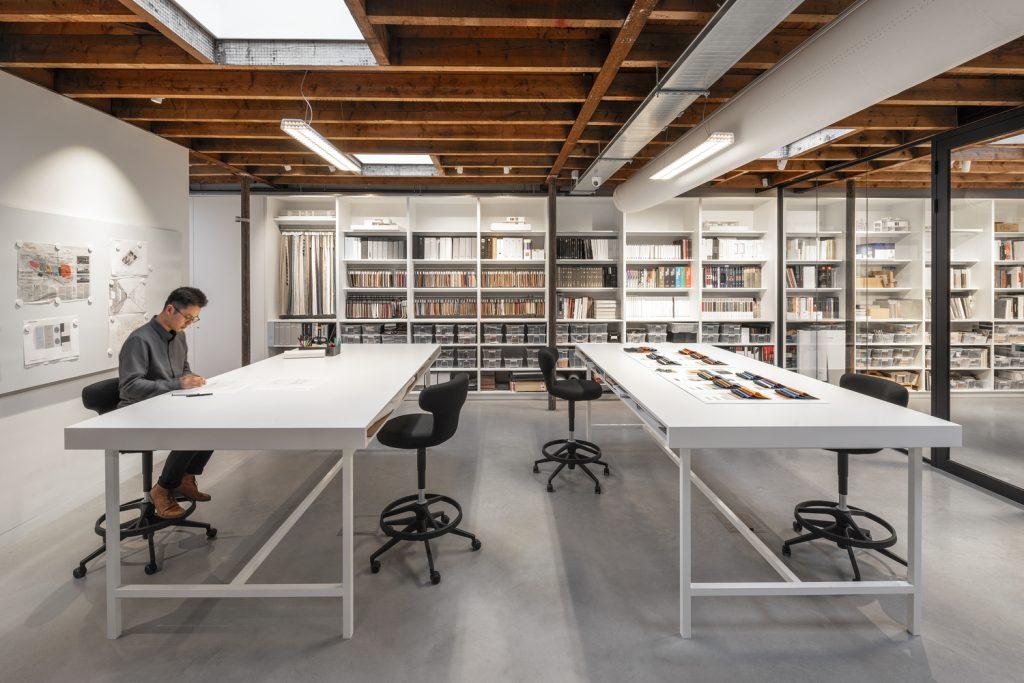"""La madera en esta oficina, crea la sensación de """"techo más bajo""""."""