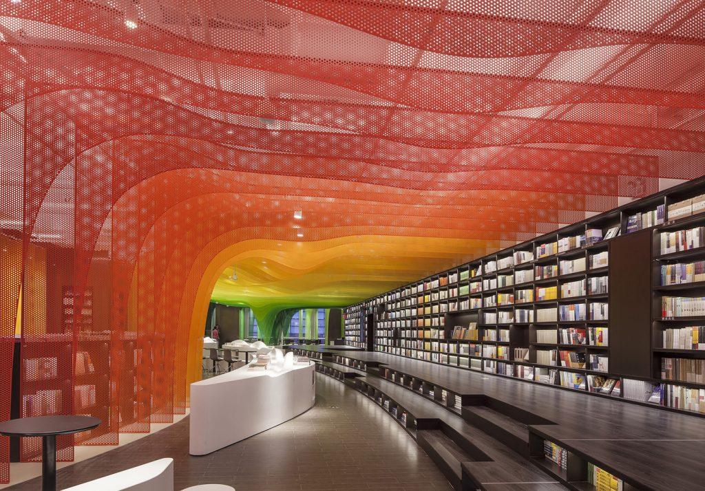 El diseño de interiores en una librería.